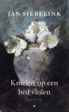 Knielen op een bed violen by Jan Siebelink