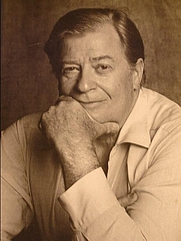 Author photo. James Clavell in 1986. Foto achteromslag Wervelwind