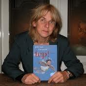 Author photo. Joke (Johanna Rutgera) van Leeuwen (Den Haag, 24 september 1952) is een Nederlands auteur voor volwassenen en kinderen, dichter, illustrator en cabaretièr