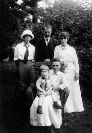 Author photo. Millia Davenport(1896–1992) The Davenport Family, 1916, Millia at left, two years before she left home.