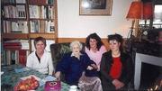Author photo. Germaine Tillion le 12 décembre 2005 (en bleu) chez elle à Saint-Mandé, Val-de-Marne, entourée de représentantes de la commune de Saint Avé en Bretagne dont la médiatèque inaugurée le 25 septembre 2005 porte son nom.