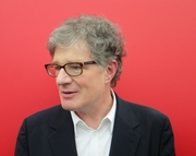 """Author photo. Roger Willemsen auf der Buchmesse Leipzig im März 2014 By Gil Maria Koebberling - Own work, CC BY-SA 3.0, <a href=""""https://commons.wikimedia.org/w/index.php?curid=31989940"""" rel=""""nofollow"""" target=""""_top"""">https://commons.wikimedia.org/w/index.php?curid=31989940</a>"""