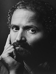 """Author photo. Gianni Versace (December 2, 1946 – July 15, 1997), Italian fashion designer. Photograph by Aaron Rapoport, circa 1982. By Source, Fair use, <a href=""""https://en.wikipedia.org/w/index.php?curid=29775622"""" rel=""""nofollow"""" target=""""_top"""">https://en.wikipedia.org/w/index.php?curid=29775622</a>"""