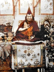 """Author photo. Je Pabongka By Unknown - Tibet Historical Society, CC BY-SA 3.0, <a href=""""https://commons.wikimedia.org/w/index.php?curid=7626411"""" rel=""""nofollow"""" target=""""_top"""">https://commons.wikimedia.org/w/index.php?curid=7626411</a>"""