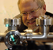 Author photo. Quelle Offizielle Webseite von Anton Zeilinger; <a href=&quot;http://www.quantum.at/zeilinger&quot; rel=&quot;nofollow&quot; target=&quot;_top&quot;>http://www.quantum.at/zeilinger</a> Urheber Jaqueline Godany; <a href=&quot;http://godany.com&quot; rel=&quot;nofollow&quot; target=&quot;_top&quot;>http://godany.com</a> (Genehmigung Weiternutzung dieser Datei) CA 2.5, usage requires attribution of both the name and the creator's website URL.