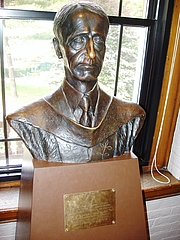 Author photo. Bust of Oakes Ames, Harvard Natural History Museum, Cambridge, Massachusetts.  Photo by user Daderot / Wikimedia Commons.
