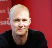 """Author photo. Arno Geiger auf der Leipziger Buchmesse (Interview mit Ernst Grandits / 3sat-Forum) By Amrei-Marie - Own work, CC BY-SA 3.0 de, <a href=""""https://commons.wikimedia.org/w/index.php?curid=15320134"""" rel=""""nofollow"""" target=""""_top"""">https://commons.wikimedia.org/w/index.php?curid=15320134</a>"""