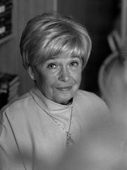 Author photo. Joanna Chmielewska, właśc. Irena Barbara Kuhn z domu Becker (ur. 2 kwietnia 1932 w Warszawie) – autorka powieści sensacyjnych, kryminalnych, komedii obyczajowych, a także książek dla dzieci i młodzieży.