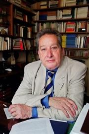 Author photo. Le sociologue français Raymond Boudon pose le 12 juin 2001 dans son bureau à Paris
